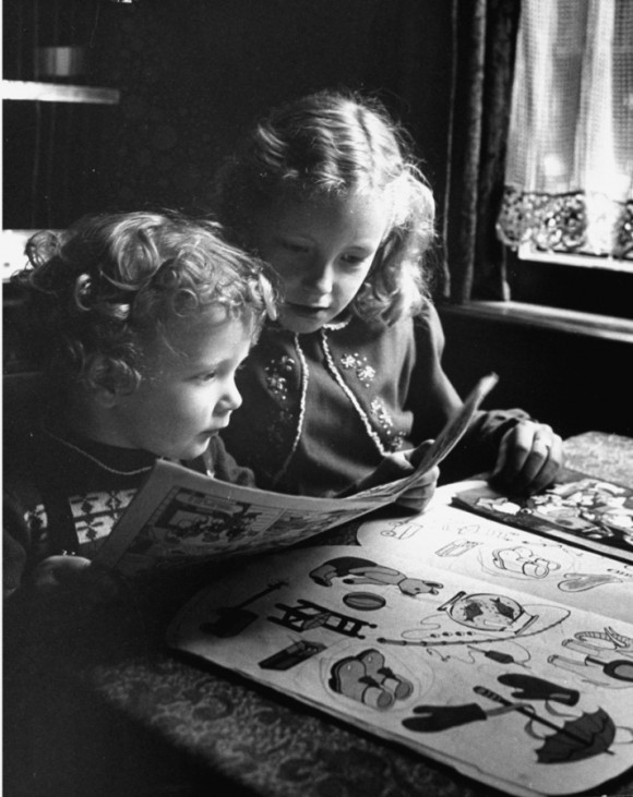 Dutch billiards prodigy Renske Quax (L) reading comic books with his sister.